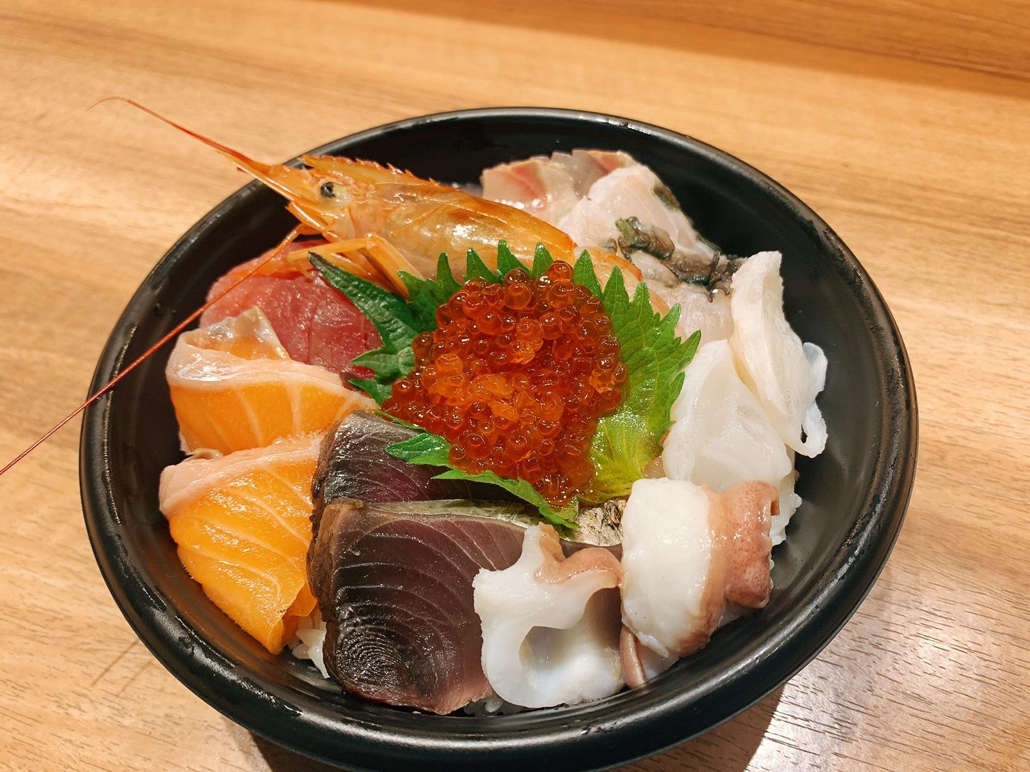 藁焼き鮮魚入り海鮮丼
