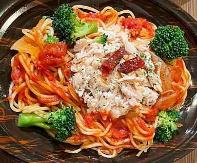 ブロッコリーと蒸し鶏のピリ辛トマトパスタ