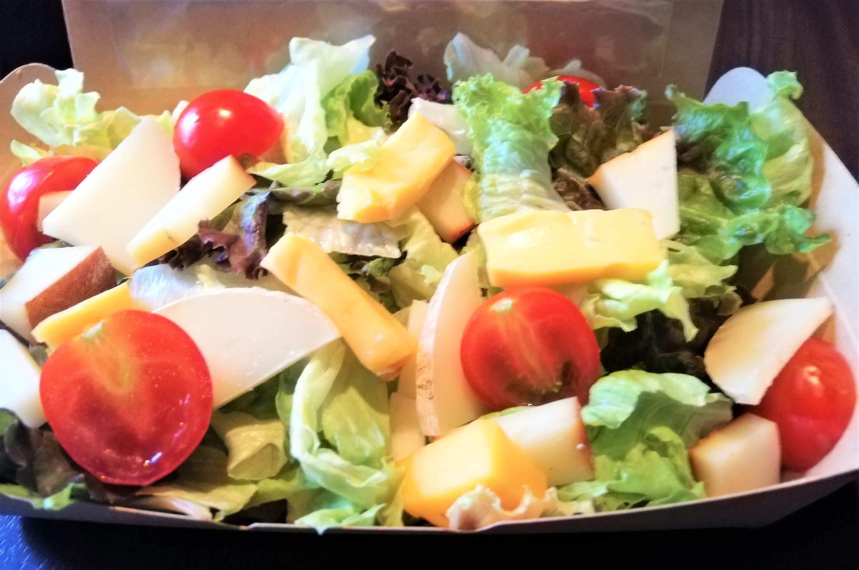 県産チーズ入りサラダ